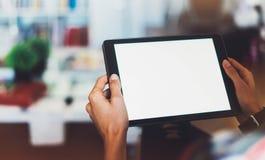 Девушка битника используя технологию таблетки в домашней атмосфере, персоне девушки держа компьютер с пустым экраном на bokeh пре Стоковые Изображения RF