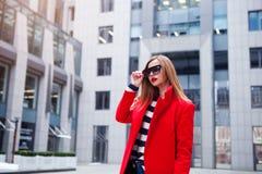 Девушка битника моды холодная в солнечных очках городская предпосылка, взгляд моды Стоковые Изображения