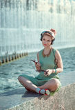 Девушка битника моды битника в музыке зеленого платья слушая Стоковое фото RF