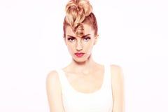 Девушка битника моды, стильный стиль причёсок состав Стоковые Изображения RF
