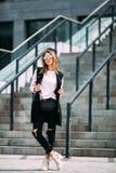 Девушка битника моды холодная в солнечных очках городская предпосылка, взгляд моды Стоковое фото RF