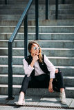 Девушка битника моды холодная в солнечных очках городская предпосылка, взгляд моды Стоковые Фотографии RF