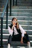 Девушка битника моды холодная в солнечных очках городская предпосылка, взгляд моды Стоковая Фотография
