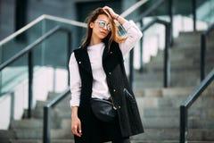 Девушка битника моды холодная в солнечных очках Стоковое Изображение