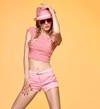 Девушка битника моды Шальная дерзкая эмоция Розовый шлем Стоковое Фото