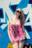 Девушка битника около граффити стоковое фото