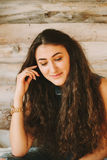 Девушка битника портрета крупного плана с игрушкой медведя на деревянном backgr Стоковая Фотография