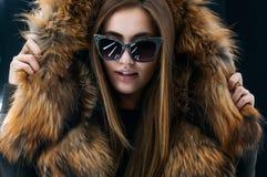 Девушка битника предназначенная для подростков в солнечных очках представляя над стеной Стоковая Фотография RF