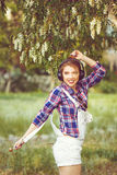 Девушка битника при наушники танцуя на улице Стоковое Фото