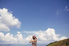 Девушка битника путешественника в шляпе, идя в солнечные горы, lookin Стоковое Изображение RF