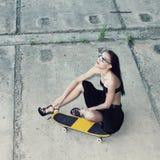 Девушка битника с скейтбордом стоковые фотографии rf