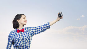 Девушка битника с photocamera стоковая фотография rf