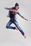 Девушка битника танцев в стеклах и черном beanie стоковые фотографии rf