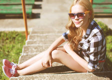 Девушка битника холодная в солнечных очках outdoors отдыхая в городе Стоковое Изображение RF