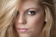 девушка блондинкы близкая интенсивная довольно вверх стоковые изображения rf