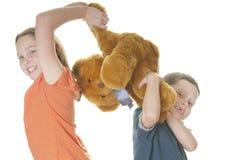 девушка бой мальчика медведя над детенышами Стоковые Фото