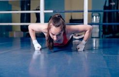 Девушка бокса делая тренировки Стоковое Изображение