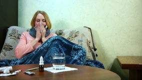 Девушка больна и принимающ лекарство сток-видео