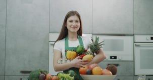 Девушка Брауна с волосами держа красочные живые плод и veg 4K акции видеоматериалы