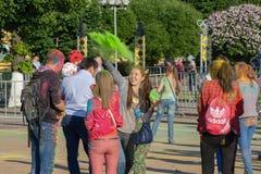 Девушка бросает краску святую в Чебоксар, республике Chuvash, России на фестивале цветов 06/01/2016 Стоковые Фото