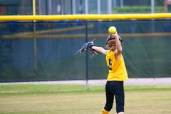 Девушка бросая софтбол Стоковое Фото