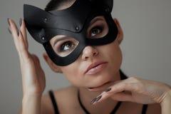 Девушка брюнета в маске кота стоковое изображение