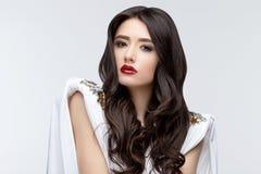Девушка брюнет азиатская с длинным вьющиеся волосы Стоковые Фотографии RF