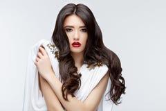 Девушка брюнет азиатская с длинным вьющиеся волосы Стоковая Фотография RF