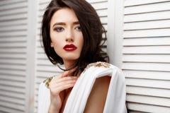 Девушка брюнет азиатская с длинным вьющиеся волосы стоковая фотография