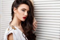 Девушка брюнет азиатская с длинным вьющиеся волосы стоковые фото