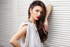 Девушка брюнет азиатская с длинным вьющиеся волосы стоковые изображения