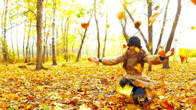 Девушка брюнет в парке осени