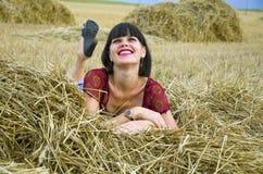Девушка брюнет в сеновале Стоковые Изображения