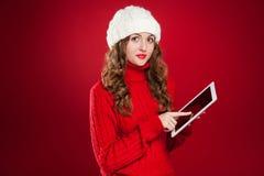 Девушка брюнет держа экран touchs ipad Стоковая Фотография