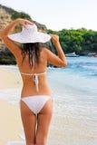 девушка брюнет пляжа ослабляя Стоковые Фото