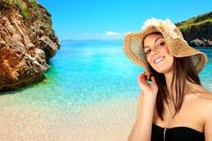 девушка брюнет пляжа Стоковое фото RF