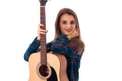 Девушка брюнет при гитара смотря камеру Стоковое фото RF