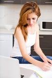 Девушка брюнет работая в кухне стоковые изображения rf