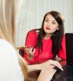 Девушка брюнет разговаривая с работником с тетрадью Стоковые Фотографии RF