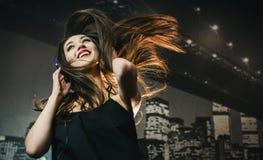 Девушка брюнет с наушниками Стоковые Фотографии RF