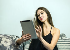 Девушка брюнет с ПК таблетки Стоковое Изображение RF
