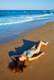 Девушка брюнет Beatifull лежа на песке пляжа Стоковое Изображение