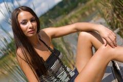 девушка брюнет outdoors сидя детеныши стоковое фото