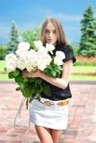 девушка букета идет большой парк o к детенышам стоковая фотография rf