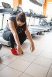 Девушка была утомлена в спортзале indoors стоковое фото rf