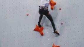 Девушка быстро взбирается вверх стена тренировки акции видеоматериалы
