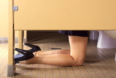девушка ванной комнаты hungover Стоковые Фотографии RF