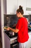 Девушка варя макаронные изделия стоковое изображение rf