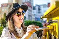 Девушка вводя письмо в почтовый ящик Стоковые Фотографии RF