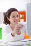 Девушка вводя флэш-память usb в компьютер Стоковая Фотография